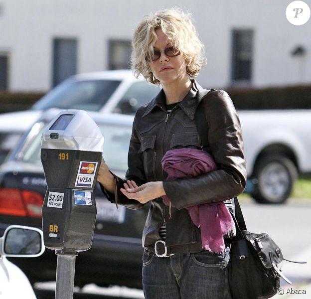 Meg Ryan paye le parcmètre après avoir garé sa voiture à Beverly Hills le 2 mars 2010