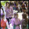 Estelle Denis, ambassadrice de l'opération Un fruit pour la récré, fait une intervention auprès d'enfants sur le stand du ministère de l'alimentation, de l'agriculture et de la pêche, au salon de l'agriculture le 2 mars 2010