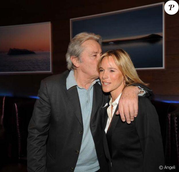 Alain Delon et Géraldine Danon et Philippe Poupon, au Bound à Paris, le 11 mars 2010