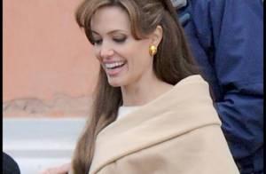 Quand Angelina Jolie, toujours aussi élégante, travaille dur... mais avec un joli sourire !
