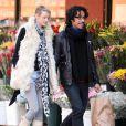 Carlos Leon et sa girlfriend s'offrent une pause déjeuner, mardi 16 mars, au Cafe Gitane, à New York.