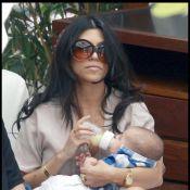 La sexy Kim Kardashian ne veut plus quitter sa soeur Kourtney et goûte ainsi... aux joies de la maternité !