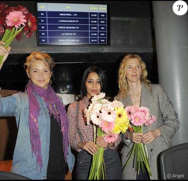 Virginie Efira, Leïla Bekhti et Sandrine Kiberlain lors de l'inauguration du Printemps du cinéma à Bercy le 21 mars 2010