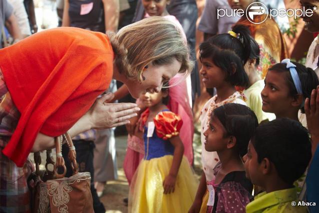 La princesse Mathilde de Belgique multiplie les visites et les contacts sur le terrain, en Inde, tandis que son époux le prince Philippe négocie d'importants contrats...