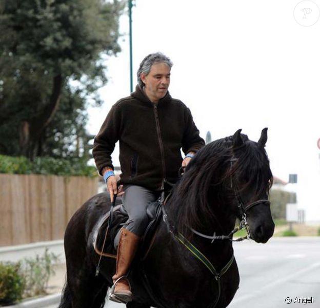 Andrea Bocelli à cheval dans les rues de Forte dei Marmi en Italie, avril 2010 !