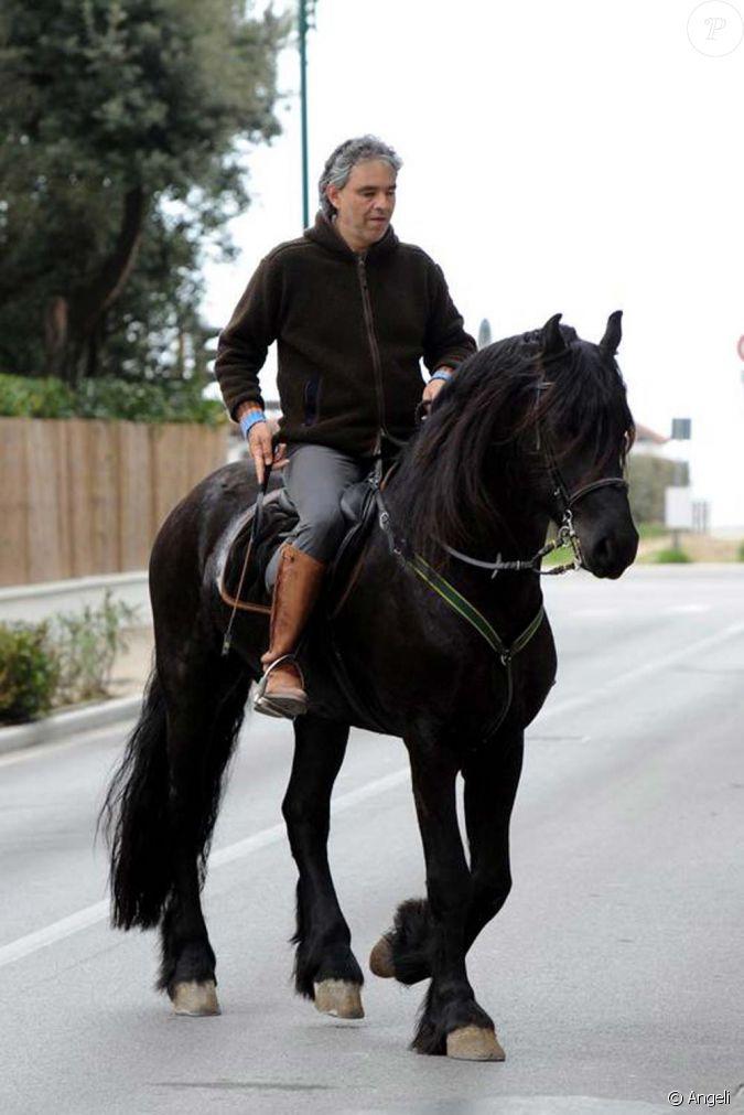 Andrea bocelli cheval dans les rues de forte dei marmi en italie avril 2010 - Bagno bocelli forte dei marmi ...