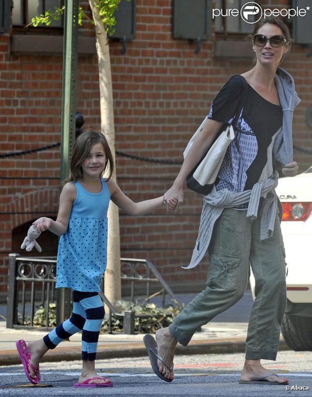Christy Turlington en balade avec sa fille Grace à New York le 11 avril 2010