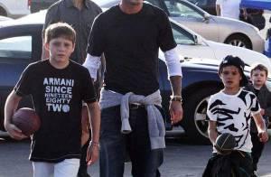 Quand David Beckham se met au football américain avec ses fils... le petit dernier se prend un ballon en pleine figure !