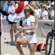 Pamela Anderson participe à une marche à travers Malibu organisée par la PeTA, suivie de la remise en liberté d'un pélican, dimanche 2 mai.