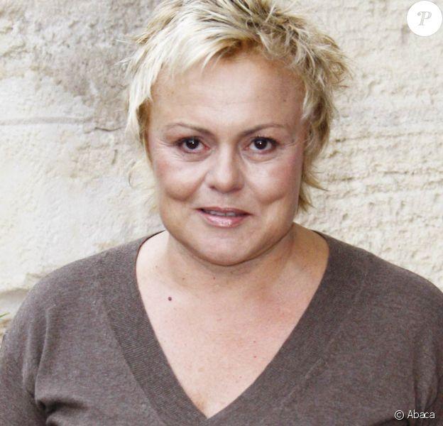 Muriel Robin tourne actuellement Le Masque de Julia.