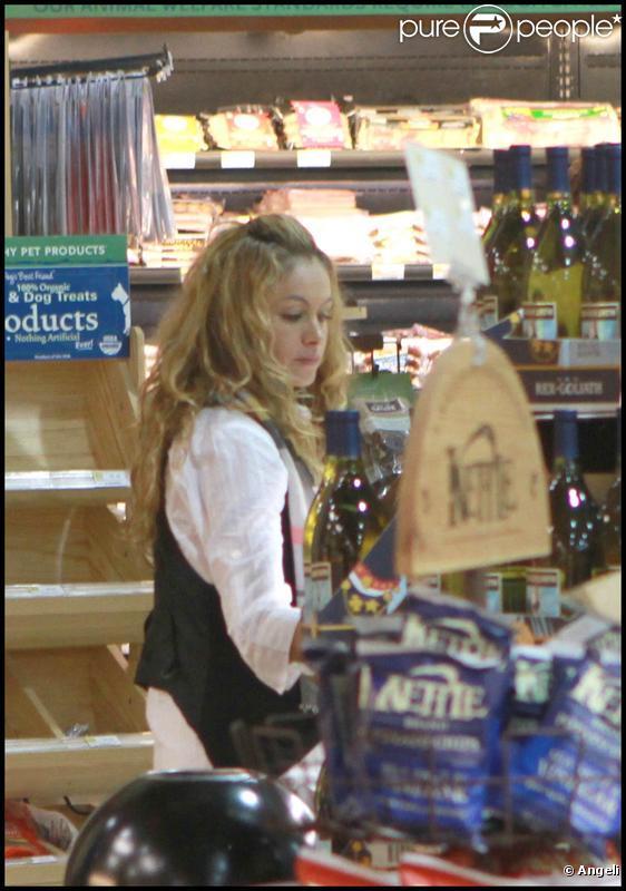 Paulina Rubio, en compagnie de son mari, font des courses dans un magasin de Miami, il y a quelques jours.