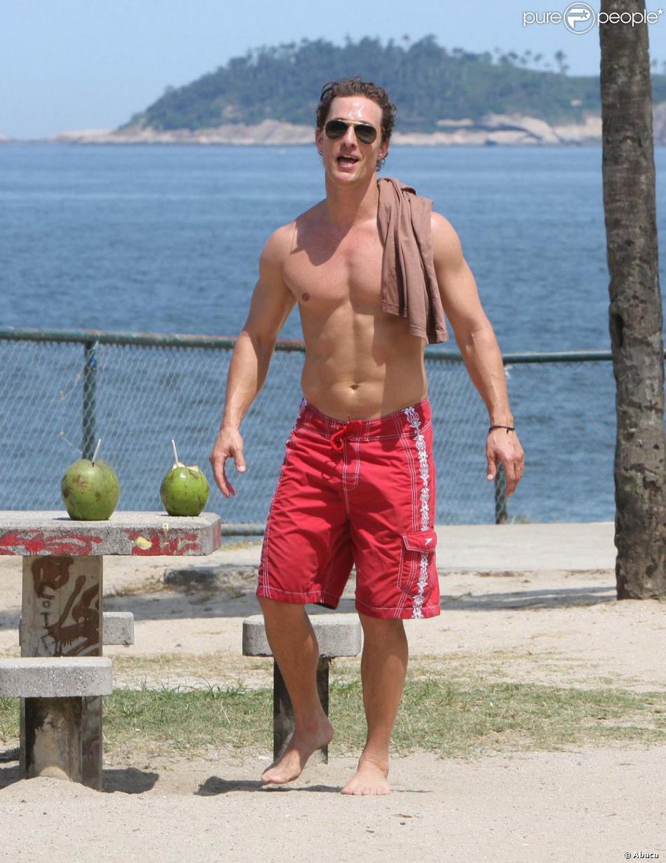Matthew McConaughey tout nu et enchainé par terre