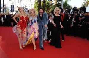 Cannes 2010 : Quand Mathieu Amalric monte les marches avec ses effeuilleuses sexy... elles font un véritable show !