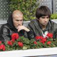 Zinedine Zidane et son fils Enzo assistent à la rencontre opposant Rafael Nadal à l'Ukrainien Dolgopolov, le 12 mai 2010 lors du tournoi de Madrid