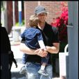 Le Quaterback Tom Brady se promène à Los Angeles avec son fils John Edward Thomas Moynahan en mai 2010 à Los Angeles
