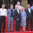 Ken Loach, sa femme et l'équipe de son film Route Irish sur le tapis rouge du festival de Cannes le 20 mai 2010