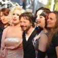 Mathieu Amalric et les actrices de son film Tournée lors du dernier tapis rouge du 63e festival de Cannes le 23 mai 2010