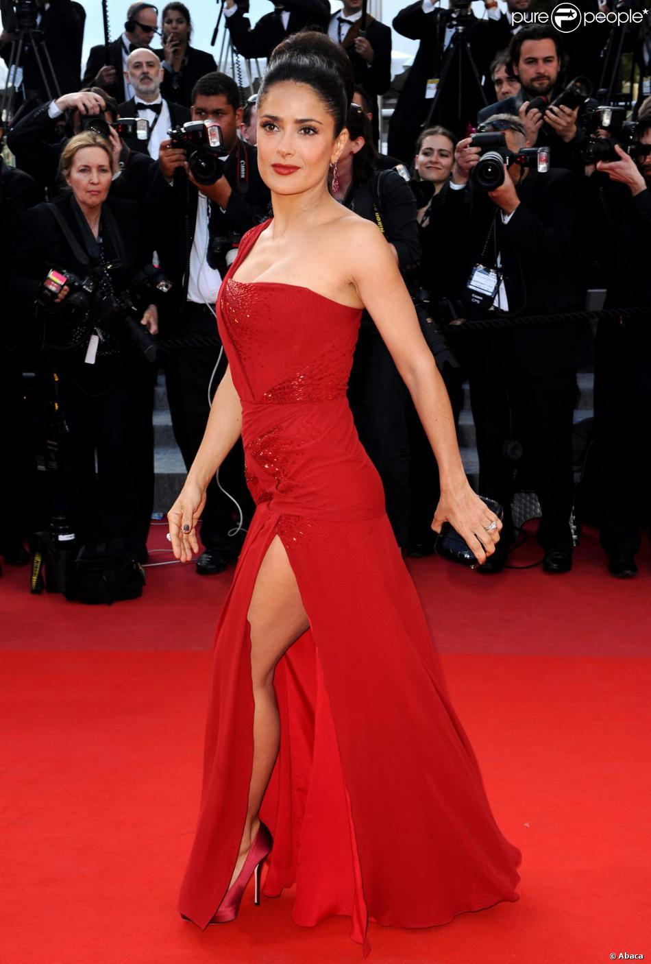 Salma Hayek à Cannes dans une fabuleuse robe rouge signée Gucci.