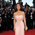 Salma Hayek à Cannes dans une très belle robe poudrée