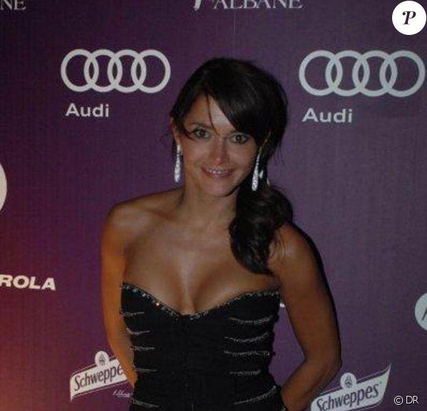 La craquante Emma de Caunes au Heaven's Floor by Albane, à l'occasion du 63e Festival de Cannes, en mai 2010.
