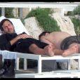 Marc Jacobs et Lorenzo Martone se reposent, sur les transats de l'Hôtel du Cap Eden Roc, au Cap d'Antibes. Mai 2010