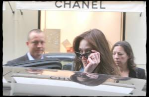 PHOTOS : Carla Sarkozy fait son shopping chez Chanel en prévision de la visite présidentielle en Angleterre