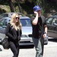 Hilary Duff expose sa bague de fiançailles à un million de dollars, aux côtés de son fiancé Mike Comrie, dans les rues de Los Angeles, samedi 29 mai.
