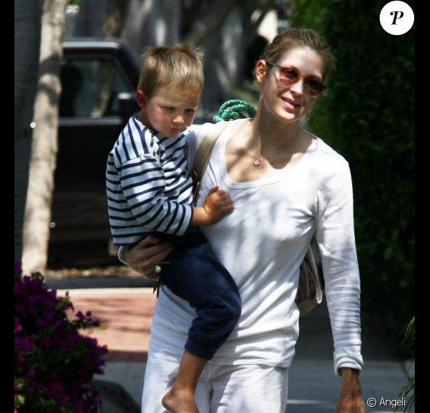 Kelly Rutherford et son fils Hermes profitent du doux soleil de Los Angeles. Le 12 juin 2010