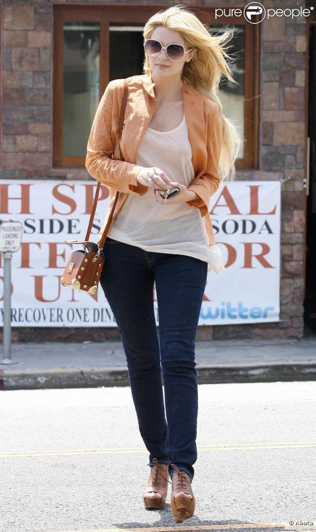 Mischa Barton se promène à Los Angeles. Elle paraît plus en forme que ces dernières semaines. 12 juin 2010