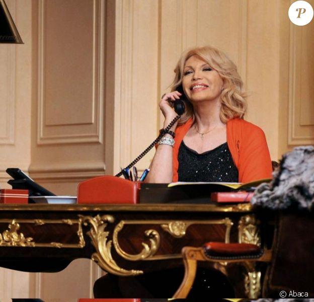 Amanda Lear dans la pièce Panique au Ministère