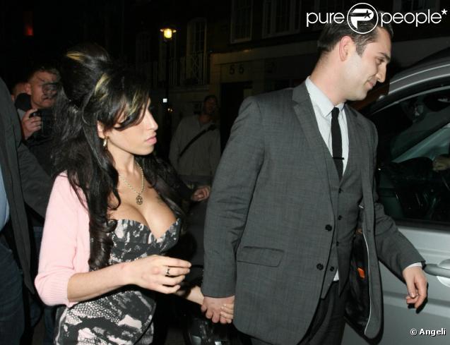 Amy Winehouse et Reg Traviss sortent du café Jazz, dans le quartier londonien de Soho, mardi 15 juin.