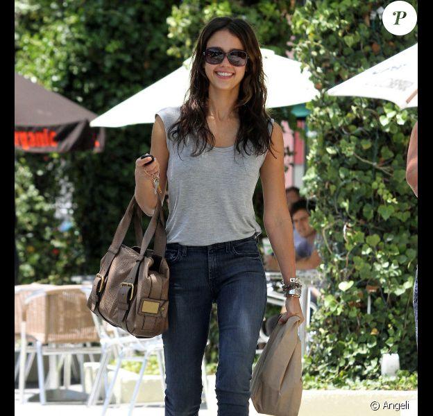 Jessica Alba faisant du shopping à West Hollywood, le 17 juin 2010