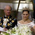 Le 19 juin 2010, la princesse héritière Victoria de Suède a épousé le roturier Daniel Westling en la cathédrale Storkyrkan, devant 1100 convives de marque. Puis ils rejoint le palais en barge pour une fête dans les jardins et le banquet nuptial (phot