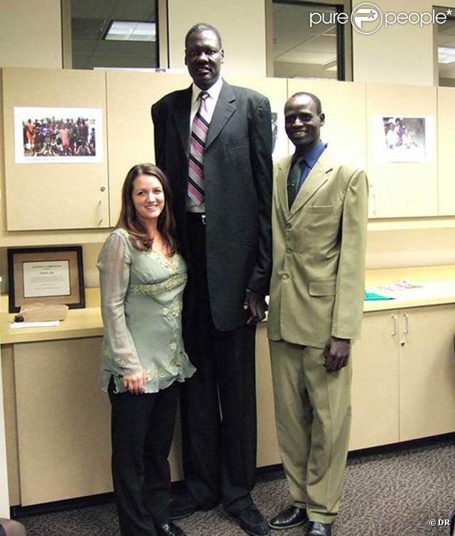 Manute Bol, légende de la NBA et bienfaiteur, s'est éteint à l'âge de 47 ans, emporté par la maladie...