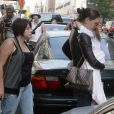 Katie Holmes porte sa petite Suri Cruise dans les bras, accompagnée de sa belle-fille Isabella. Elles quittent leur hôtel pour se rendre à un shooting le 22 juin 2010 à New York