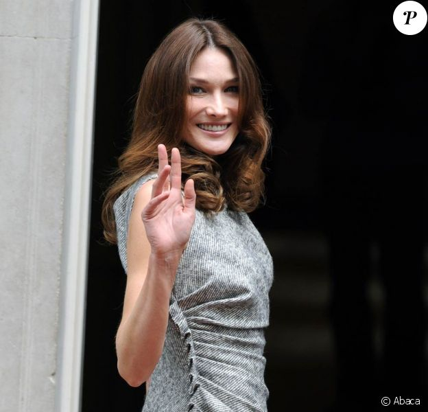 Carla Bruni, actuellement en tournage de Minuit à Paris, à Paris, le 5 juillet.