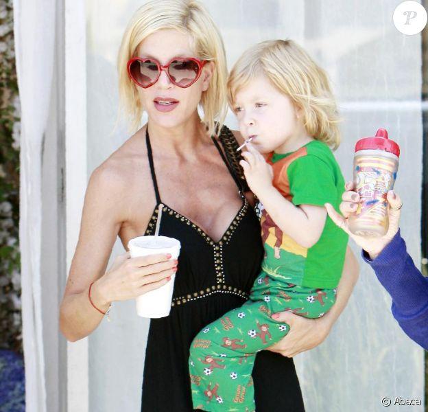 Tori Spelling était de sortie, ce jeudi 8 juillet, en compagnie de l'aîné de ses fils Liam, à Encino (Californie).