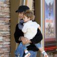 Camila Alves et son fils Levi, à Malibu, le 9 juillet 2010.