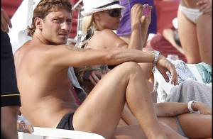 Loin du fiasco de l'Italie au Mondial, le beau Francesco Totti se la fait belle à St-Trop' !