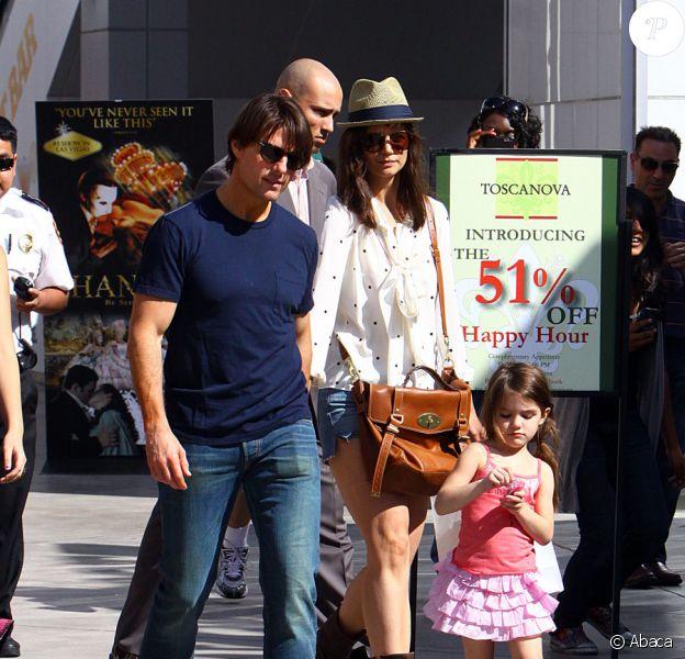 Katie Holmes et Tom Cruise font du shopping avec leur petite Suri Cruise au Westfield Mall à Los Angeles en juillet 2010