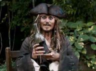 """Regardez Johnny Depp annoncer """"Pirates des Caraïbes 4""""... une bouteille à la main !"""