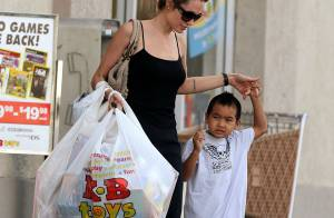 Maddox Jolie-Pitt fait des colis pour les soldats de l'armée américaine...