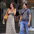 """""""La belle Sofia Vergara et son fils Manolo, lors d'une séance de shopping dans le quartier de SoHo, à New York, le 29 juillet 2010."""""""