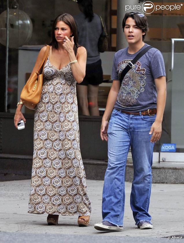 La belle Sofia Vergara et son fils Manolo, lors d'une séance de shopping dans le quartier de SoHo, à New York, le 29 juillet 2010.