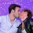 En prévision d'un potentiel départ, John accepte d'offrir un baiser à son ami Benoît.