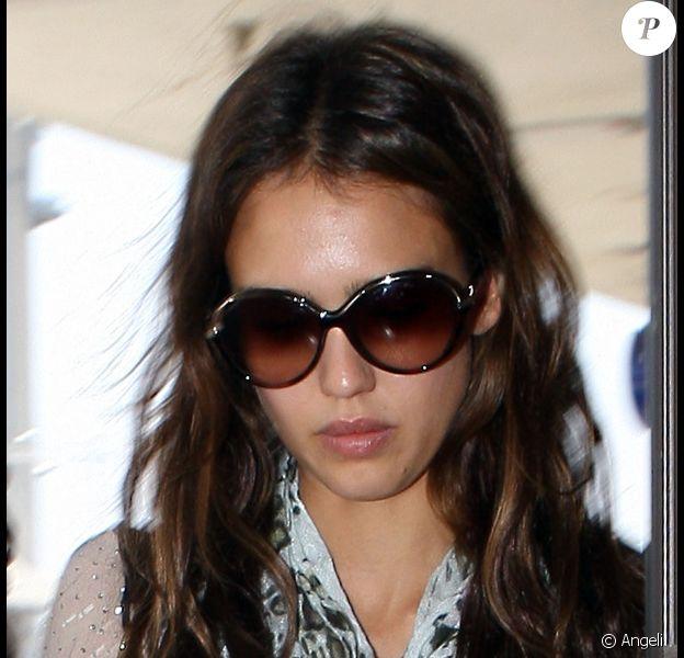 Jessica Alba à l'aéroport de Los Angeles le 6 août 2010