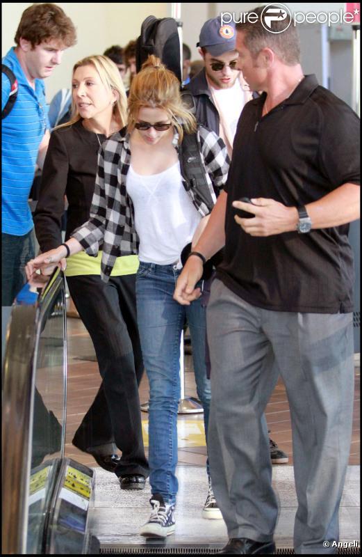 Robert Pattinson et Kristen Stewart à l'aéroport de Los Angeles le 17 août 2010