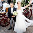 Le 25 août 2010, le prince Nikolaos de Grèce, 40 ans, et sa belle Tatiana Blatnik, 29 ans, se mariaient, au coucher de soleil, sur l'île grecque de Spetses. La mariée arrive au bras de son beau-père au monsatère Agios Nikolaos.