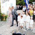 Le 25 août 2010, le prince Nikolaos de Grèce, 40 ans, et sa belle Tatiana Blatnik, 29 ans, se mariaient, au coucher de soleil, sur l'île grecque de Spetses. Nikolaos arrive au monsatère Agios Nilolaos, avec sa mère à son bras.