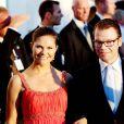Le 25 août 2010, le prince Nikolaos de Grèce, 40 ans, et sa belle Tatiana Blatnik, 29 ans, se mariaient, au coucher de soleil, sur l'île grecque de Spetses. Victoria de Suède et le prince Daniel, de retour de lune de miel, étaient présents.